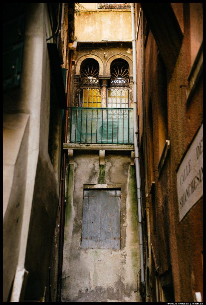 Eine kleine Gasse auf Venedig
